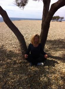 Meditando bajo el árbol